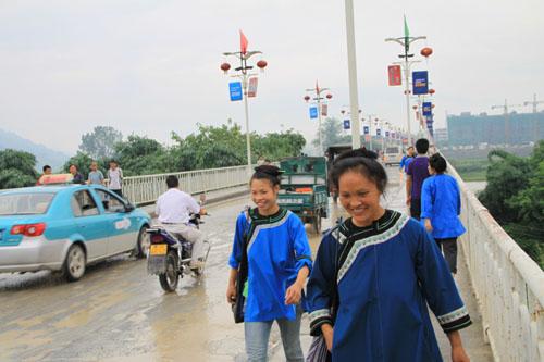 侗族妇女走过榕江大桥