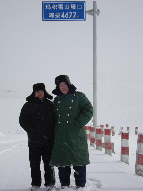 翻越阿尼玛沁雪山垭口,海拔4677米,2009年1月1日,桑哇摄