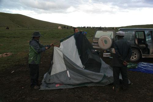 7 帐篷搭在牛粪地上,2010年8月21日,治多县扎河乡口牧委会通天河岸边