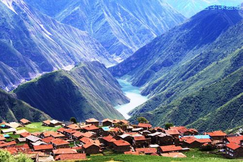 坐落在毛尔盖河畔高半山上的朱坝村