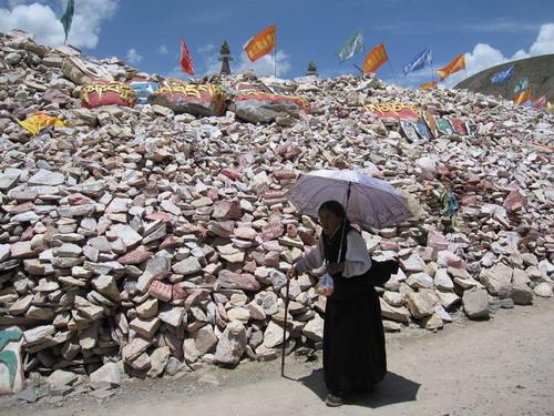 """转""""加纳嘛呢石堆""""的藏族老人"""
