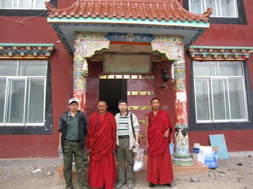 在结古寺僧人开办的商店中访谈