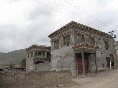 矗立在废墟中的豪宅