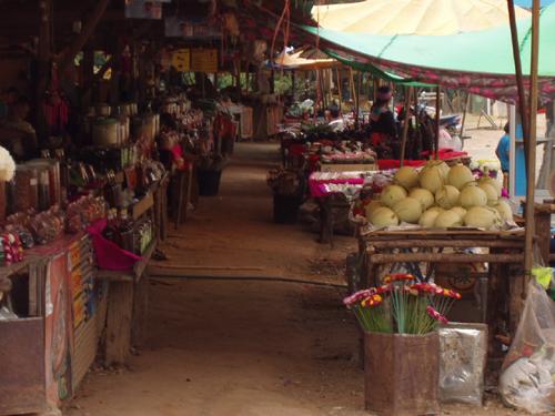 昆岗拉村边的集市