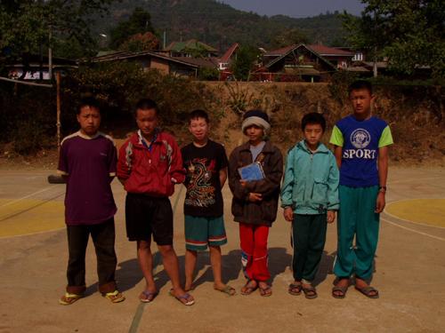 昆岗拉村学校的苗族学生