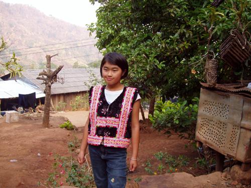 麦沙埋小学的苗族女生