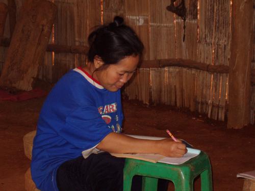 麦沙埋村成人学习班的苗族妇女