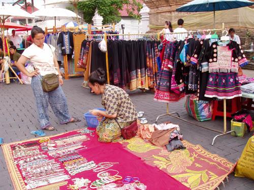 清迈周末市场的苗族女商贩