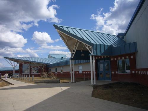 蒙特利尔湖学校是保留地最醒目的建筑