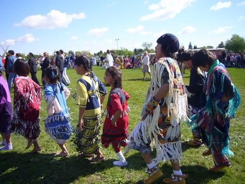 学跳传统舞蹈的孩子们
