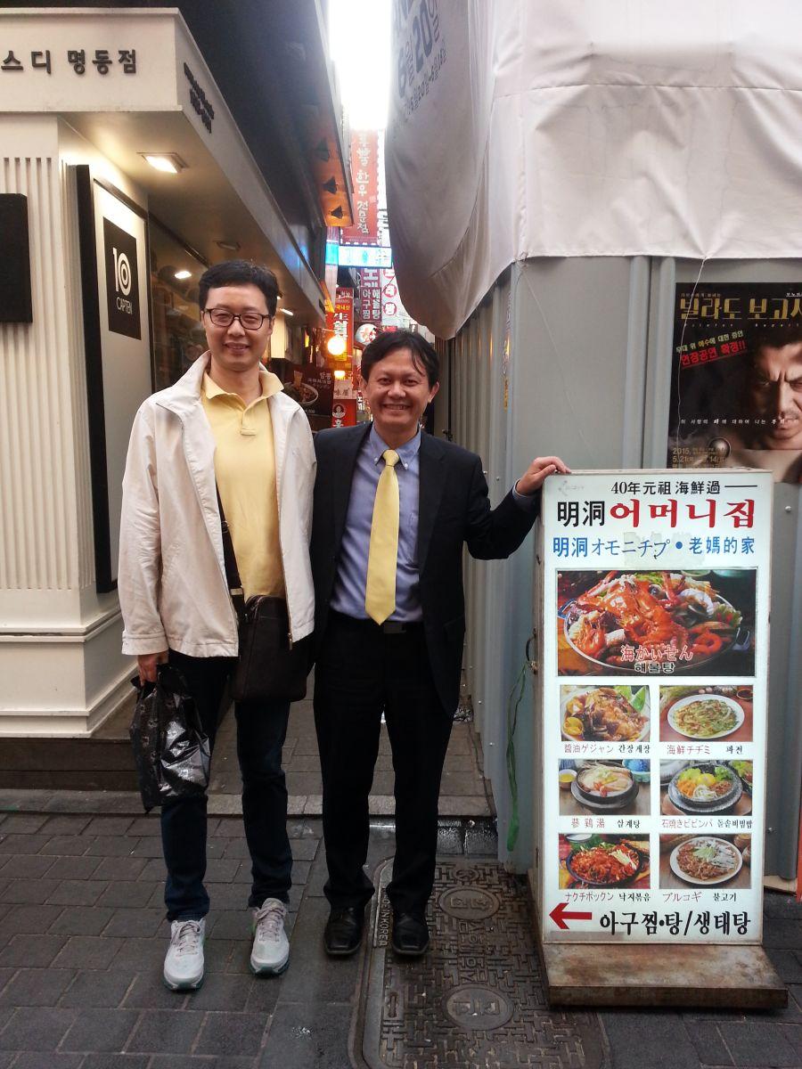 在韩国学者陪同下对首尔老字号进行实地调研(2015年5月,明洞,张继焦)1