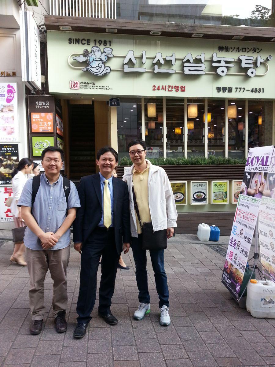 在韩国学者陪同下对首尔老字号进行实地调研(2015年5月,明洞,张继焦)2